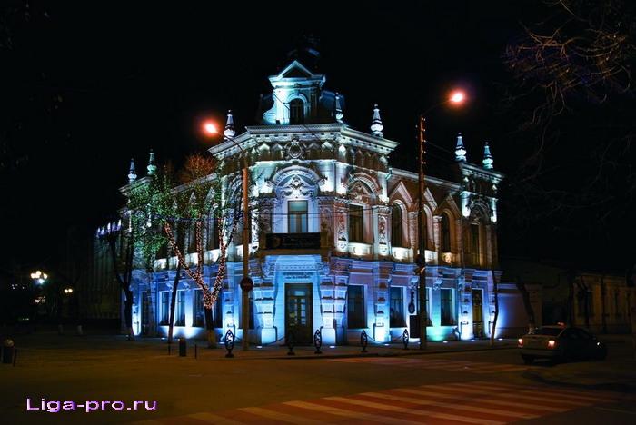 Дом Шарданова с ночной подсветкой